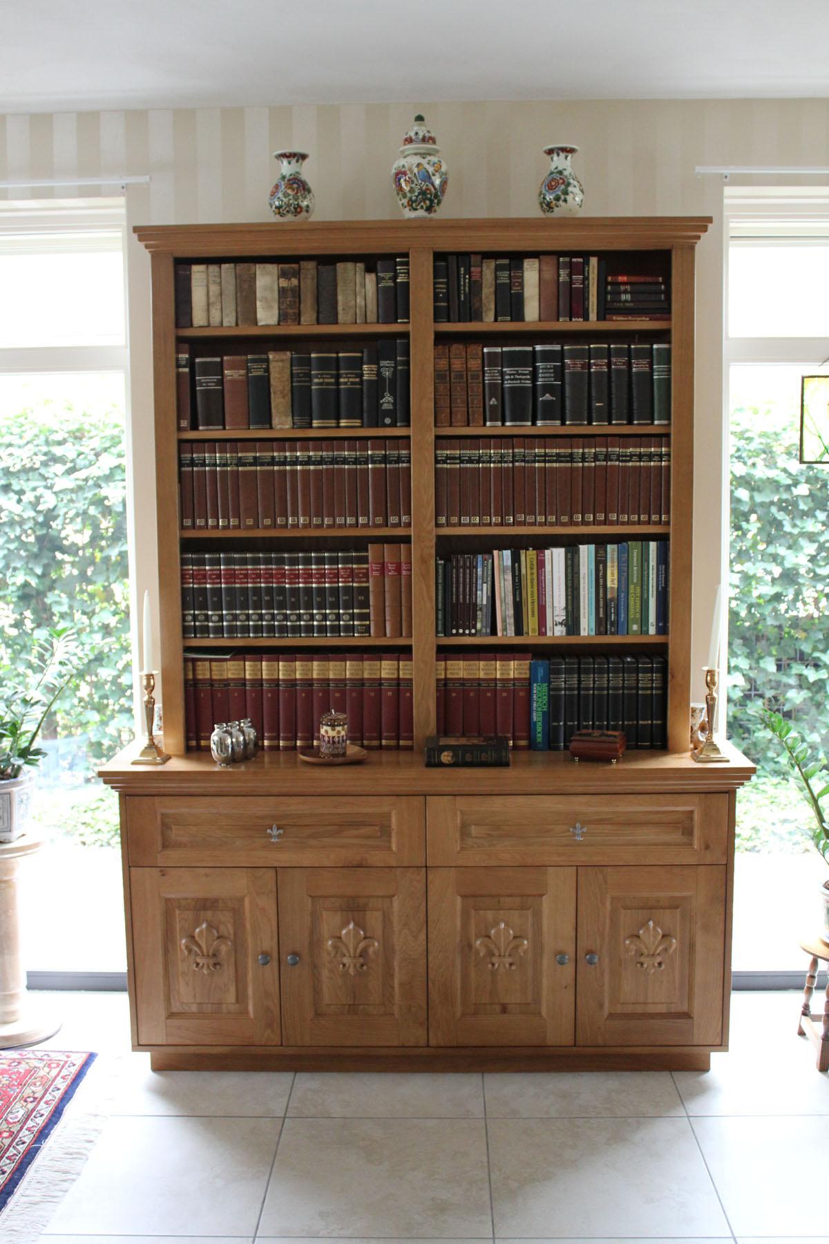 de opdrachtgever had een boekenkast nodig waarbij het ontwerp van de kast bepaald werd door de al aanwezige meubels in licht eiken